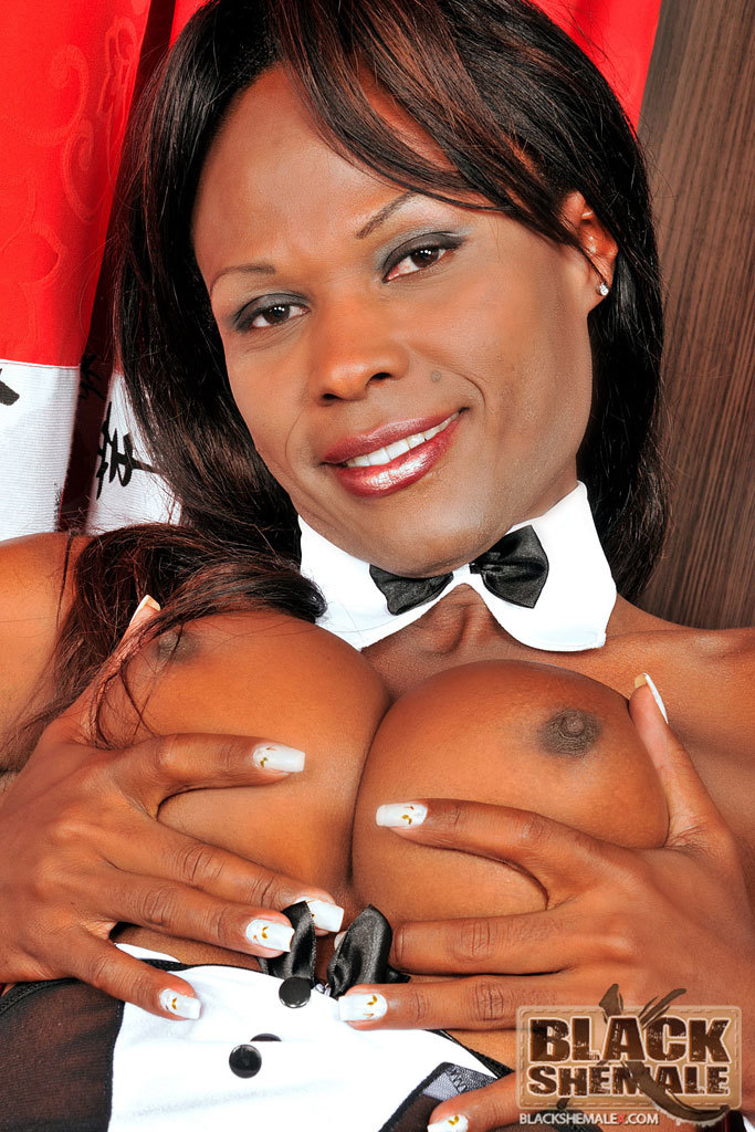 Black TGirl Isabela Sottani Jacks Off