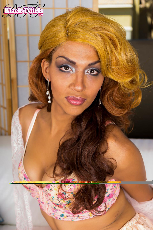 Carmen Bonita Is A Gorgeous TGirl With An Perfect Body, Beau
