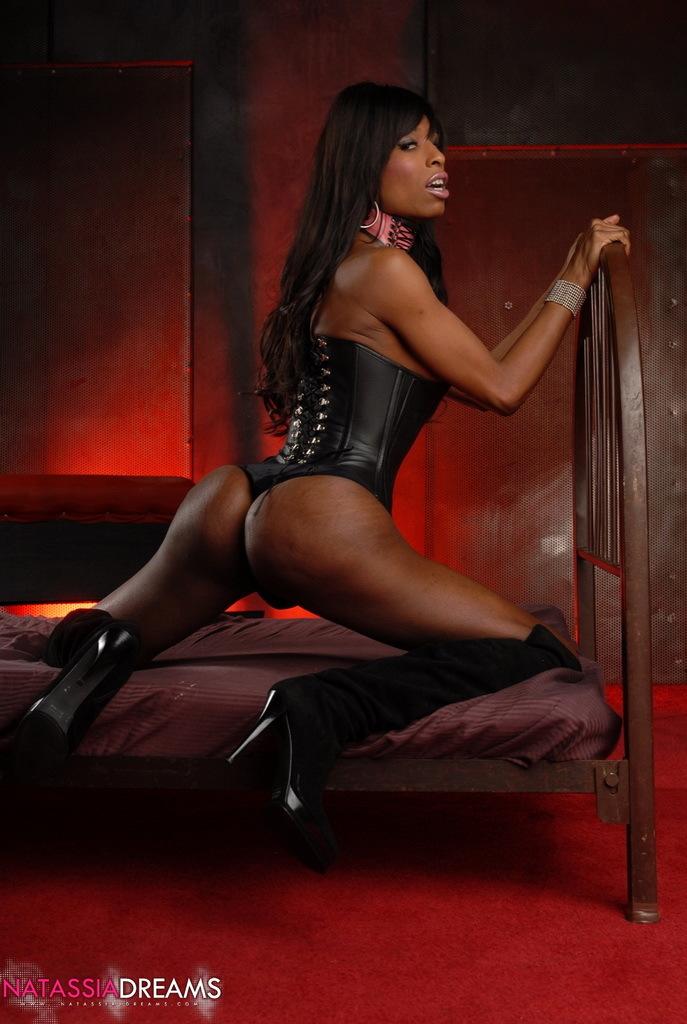 Spicy Ebony Tranny Natassia Posing In Provocative Black Corset